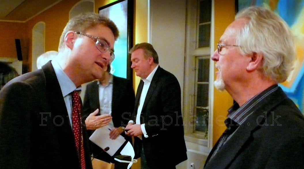 Nyborg taler med en interesseret Søren Pind i Trykkefrihedsselskabet