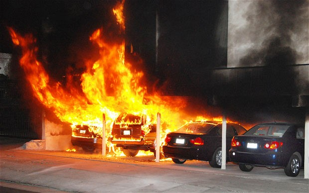 brinnande bilar
